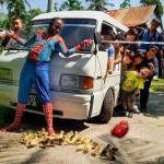 Spiderman Démasqué pour Sauver des Poussins